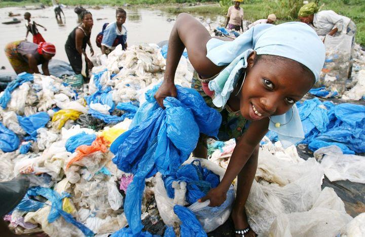 Un peu partout en Afrique, comme ici à Abidjan, en Côte d'Ivoire, la collecte artisanale des déchets en plastique est une source de revenus essentielle pour les plus pauvres. (ISSOUF SANOGO / AFP)