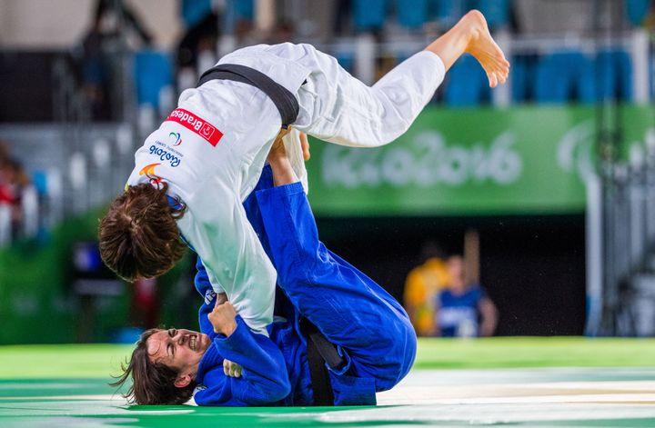 Sandrine Martinet-Aurières (en bleu) se défait de Ramona Brussig (en blanc) pour remporter son premier titre paralympique à Rio en 2016 (JENS BUTTNER / DPA)