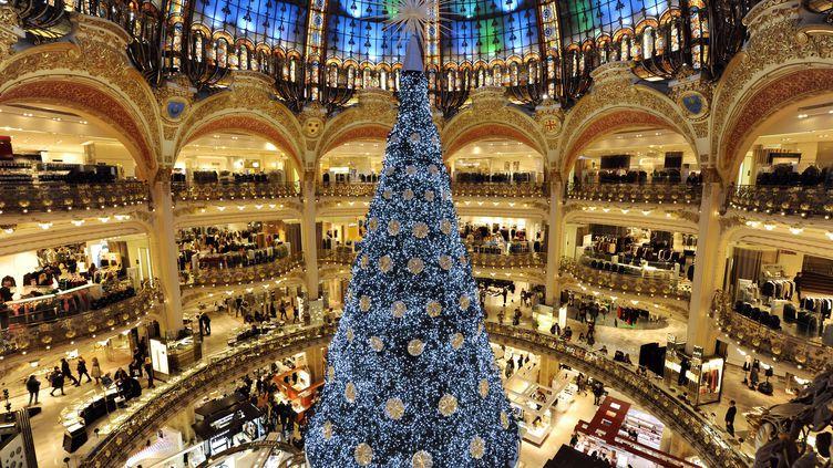 L'arbre de Noël installé le 31 octobre 2012 au centre du Grand magasin parisien Les Galleries Lafayette (BERTRAND GUAY / AFP)