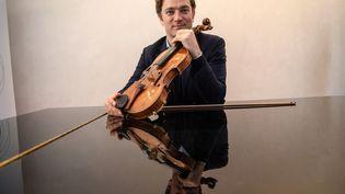 Renaud Capuçon et son célèbre violon de 1737 que jouait avant lui Isaac Stern. Photo prise en avril 2019 à Aix-en-Provence. (CHRISTOPHE SIMON / AFP)