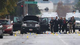 Des policiers dans les rues de San Bernardino (Californie, Etats-Unis), le 4 décembre 2015, après le massacre qui a fait 14 morts. (JOE RAEDLE / GETTY IMAGES NORTH AMERICA / AFP)