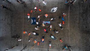 """Un """"die-in"""" organisé par SOS Méditerranée à Marseille, le 29 août 2020. (CLEMENT MAHOUDEAU / AFP)"""