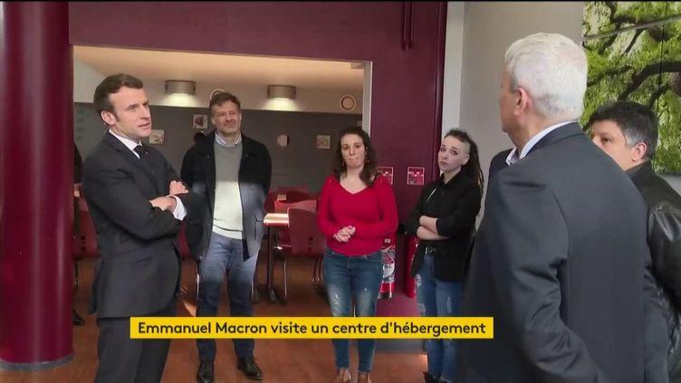Emmanuel Macrona visitéle centre d'hébergementKellermann, dans le 13e arrondissement de Paris, lundi 23 mars 2020 (capture écran). (FRANCEINFO)