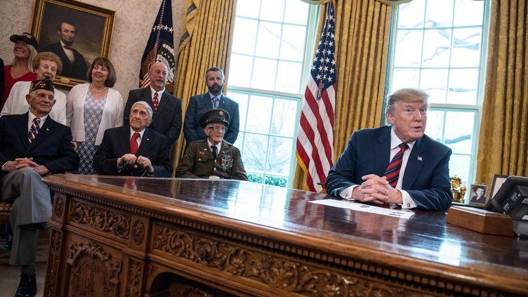 Donald Trump reçoit desanciens combattants de seconde guerre mondiale, à la Maison Blanche, à Washington (Etats-Unis), le 11 avril 2019. (NICHOLAS KAMM / AFP)