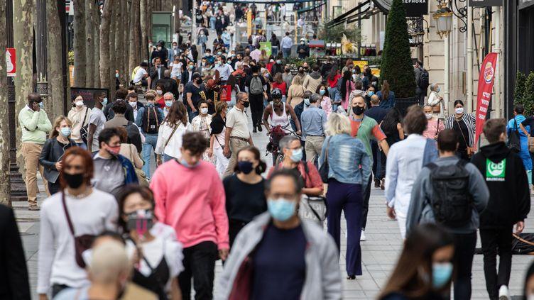 Des passants masqués, sur les Champs-Elysées, à Paris, le 3 septembre 2020. (MAXPPP)