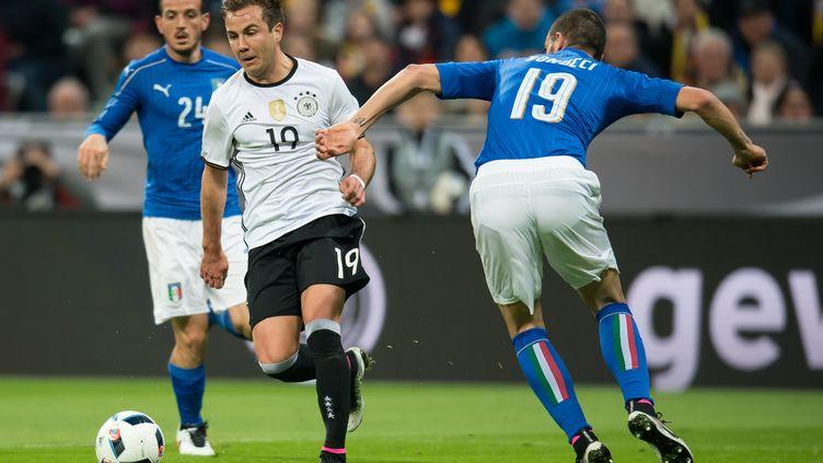 Mario Goetze face à Alessandro Florenzi (à gauche) et Leonardo Bonucci, lors d'un match amical le 29 mars dernier (SVEN HOPPE / DPA)