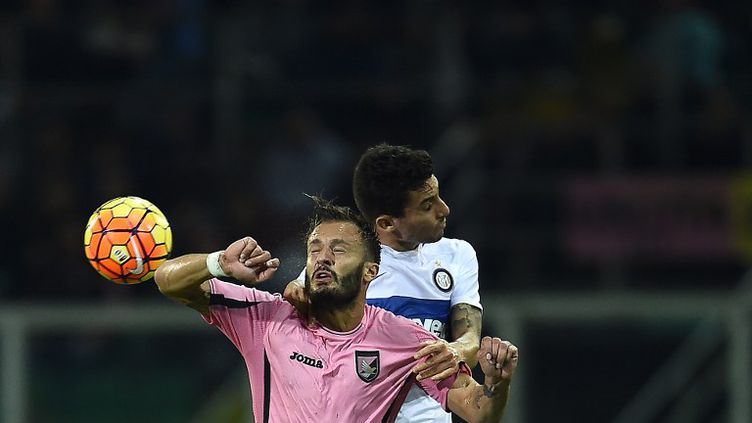 Le défenseur colombien de l'Inter Milan, Jeison Murillo, ici au duel aérien avec l'attaquant italien de Palerme, Alberto Gilardino. (FILIPPO MONTEFORTE / AFP)