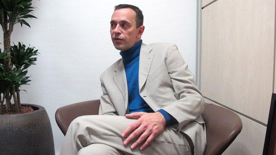 Philippe Mercier, senior marketing manager chez ZTE, le 15 janvier 2013 à Boulogne-Billancourt (Hauts-de-Seine). (THOMAS BAIETTO / FRANCETV INFO)