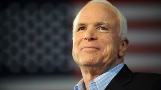 John McCain lors d'un meeting pour la campagne présidentielle américaine à Sterling Heights (Michigan, Etats-Unis), le 5 septembre 2008. (ROBYN BECK / AFP)