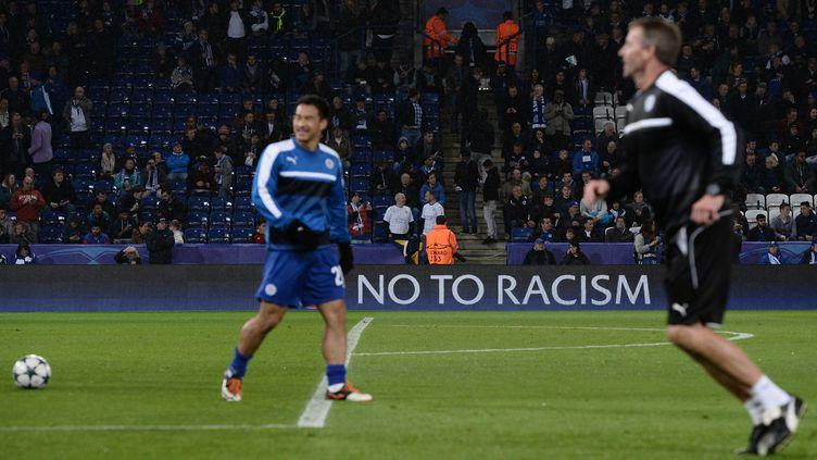 Une bannière contre le racisme lors d'un match entre Copenhague et Leceister à Leceister, le 18 octobre 2016. (OLI SCARFF / AFP)