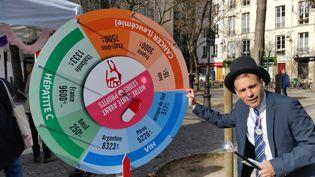"""L'association Aides a organisé une """"kermesse des médicaments"""" à Paris le jeudi 6 avril 2017. (BRUNO ROUGIER / RADIO FRANCE)"""