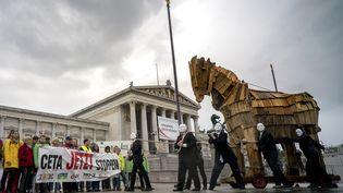 Des manifestants hostiles au Ceta avec un cheval de Troie devant le Parlement autrichien, le 20 septembre 2017 à Vienne (Autriche). (JOE KLAMAR / AFP)