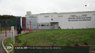 Depuis juillet, le port du masque est imposé dans tous les lieux publics clos. Mais en prison, malgré la promiscuité et le regain de l'épidémie, le port du masque n'est toujours pas généralisé. L'Oeil du 20h s'est rendu au centre pénitentiaire de Bourg-en-Bresse, où 54 cas de Covid-19 ont été détectés le mois dernier. (L'OEIL DU 20 HEURES / FRANCE 2)