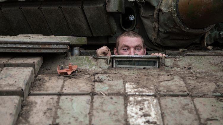 Un militaire de l'armée ukrainienne jette un œil hors de son tank près du village de Peski, dans la région de Donetsk (Ukraine), le 16 février 2015. (OLEKSANDR RATUSHNIAK / AFP)