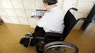 Un handicapé sur son lieu de travail. Photo d'illustration. (CLAUDE PRIGENT / MAXPPP)
