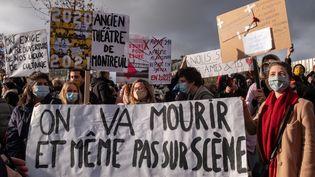 Des manifestantscontre la fermeture prolongée des lieux de culture place de la Bastille à Paris, le 15 décembre 2020. (VIRGINIE MERLE / HANS LUCAS)