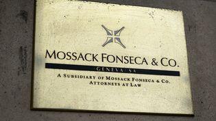 Une plaque du cabinet d'avocats Mossack Fonseca, à Genève (Suisse), le 16 juin 2016. (FABRICE COFFRINI / AFP)