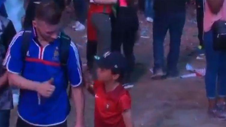 Un jeune supporter portugais console un supporter français après la finale de l'Euro 2016