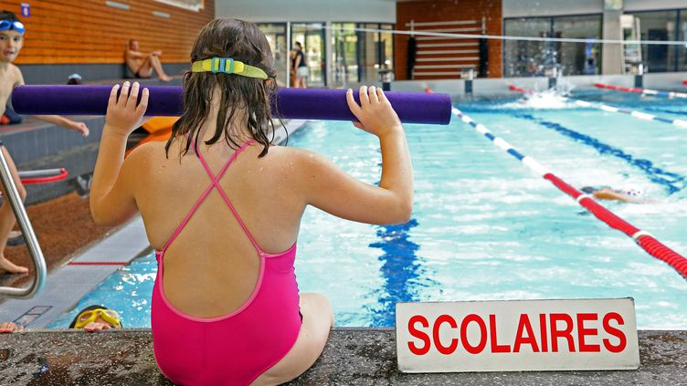 Une enfant apprend à plonger (illsutration). (VANESSA MEYER / MAXPPP)