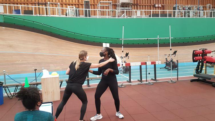 La préparatrice Anne-Laure Morigny teste Laurence Epée, la championne d'Europe par équipe d'épée (CECILIA BERDER / FRANCEINFO / RADIO FRANCE)