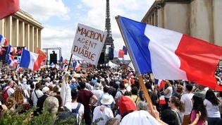 Des manifestants contre le pass sanitaire, le 24 juillet 2021 à Paris. (ALAIN JOCARD / AFP)