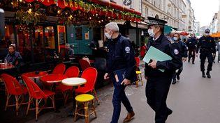 Des policiers marchent dans une rue à Paris, lors d'une patrouille visant à inspecter la mise en œuvre de nouvelles mesures sanitaires, le 6 octobre 2020 (photo d'illustration). (THOMAS COEX / AFP)
