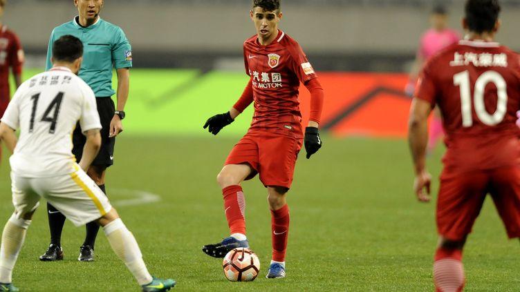 Au centre, Oscar, la nouvelle star du SIPG Shanghai, lors de la reprise du championnat chinois samedi 4 mars. (STR / AFP)