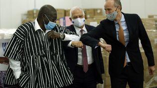 Thomas Kwesi Quartey, vice-président de la Commission de l'Union africaine(à gauche),Josep Borrell Fontelles, haut représentant de l'UE auxaffairesétrangères (au centre) etStephan Auer, l'ambassadeur de l'Allemagne en Ethiopie (à droite) après le don de 900 000 kits de tests au Covid-19, à Addis-Abeba (Ethiopie), le 8 octobre 2020. (MINASSE WONDIMU HAILU / ANADOLU AGENCY / AFP)