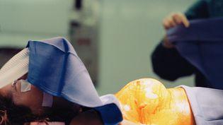 Une patiente est préparée pour subir une chirurgie du sein. (REZA ESTAKHRIAN / GETTY IMAGES)
