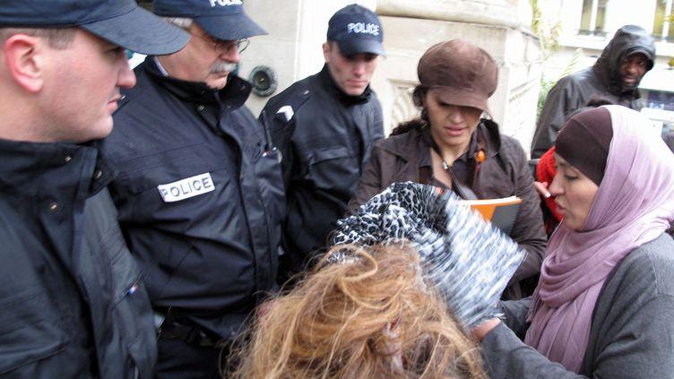 Fatima Afif (à droite), licenciée d'une crèche privée des Yvelines car elle refusait d'enlever son voile, le 8 novembre 2010 lors du procès aux prud'hommes. (YVES FOSSEY / AFP)