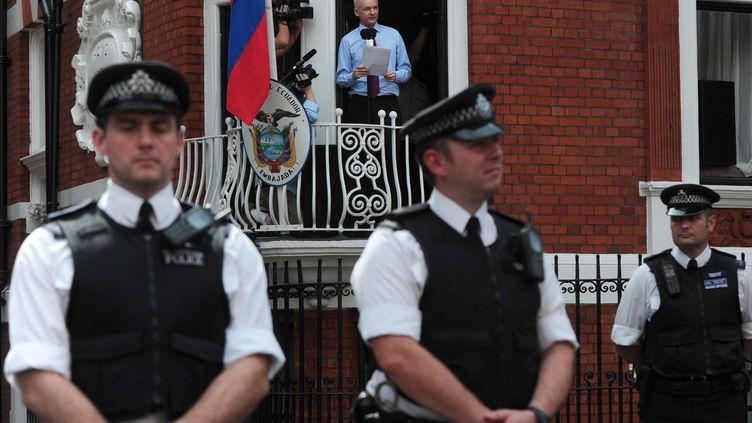 Julian Assange lors de sa déclaration à la presse depuis le balcon de l'ambassade d'Equateur, le 19 août 2012. (CARL COURT / AFP)