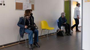 Des patients attendentd'être reçus par un médecin à la maison de santé de Montluçon, dans l'Allier, le 26 mai 2021. (THIERRY ZOCCOLAN / AFP)