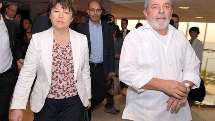 Martine Aubry avec Lula, l'ex-président du Brésil, marchant dans les allées du Forum social de Dakar,le 7/02/11 (AFP/Seyllou)