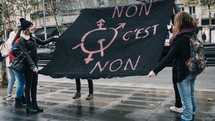 Des jeunes femmes à un rassemblement #MeToo à Paris, place de la République, le 29 octobre 2017. (DENIS MEYER / HANS LUCAS / AFP)