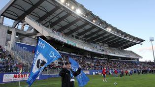 Un supporter bastiais tient un drapeau de son club au stade Armand Cesari de Furiani. (PASCAL POCHARD CASABIANCA / AFP)