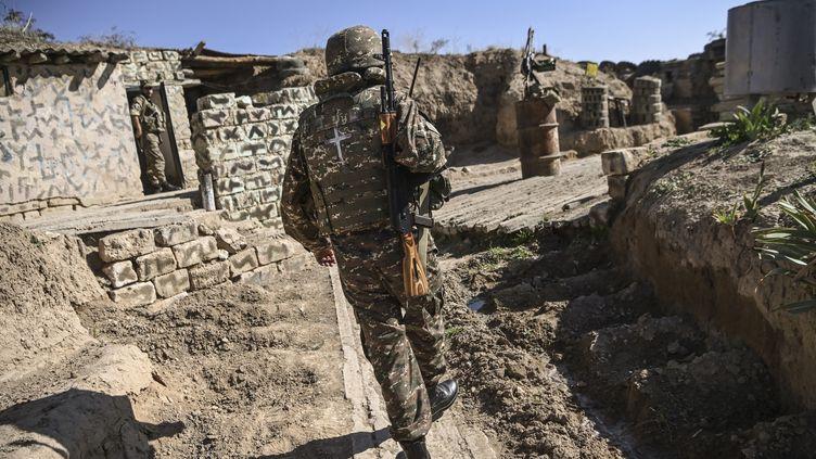 Un soldat arménien, le 22 octobre 2020,pendant les combats entre les forces arméniennes et azerbaïdjanaisesdans la région sécessionniste du Haut-Karabakh. (ARIS MESSINIS / AFP)