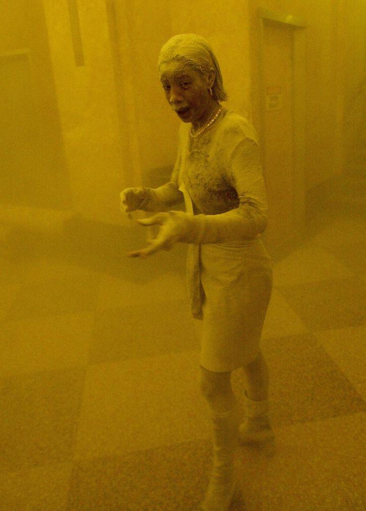 Marcy Borders est recouverte de cendres peu après les attentats du 11 septembre 2001, à New York (Etats-Unis). (STAN HONDA / AFP)