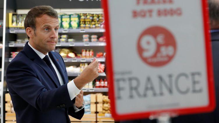 Emmanuel Macron lors d'un déplacement en Bretagne, mercredi 22 avril, à Saint-Pol-de-Léon (Finistère). (STEPHANE MAHE / AFP)