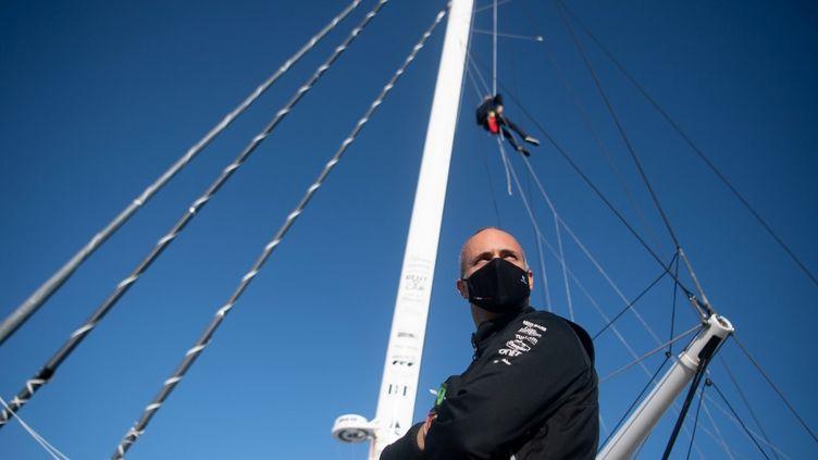Fabrice Amedeo a été contraint à l'abandon, suite à des problèmes informatiques sur son bateau. (LOIC VENANCE / AFP)