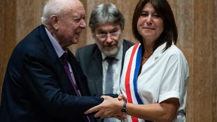 Michèle Rubirola reçoit les félicitations de Jean-Claude Gaudin après son élection comme maire de Marseille, le 4 juillet 2020. (CLEMENT MAHOUDEAU / AFP)