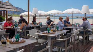 La terrasse d'un restaurant à Marseille (photo d'illustration). (GILLES BADER / MAXPPP)