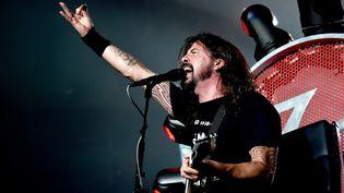 Dave Grohl, chanteur des Foo Fighters, lors d'un concert à Inglewood (Californie, Etats-Unis), le 22 septembre 2015. (KEVIN WINTER / AFP)