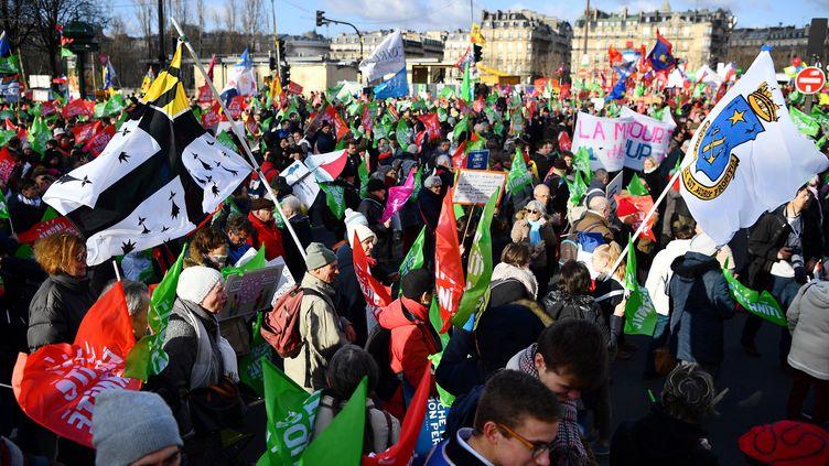Des participants à la manifestation contre le projet de loi de bioéthique, à Paris, le 19 janvier 2020. (CHRISTOPHE ARCHAMBAULT / AFP)