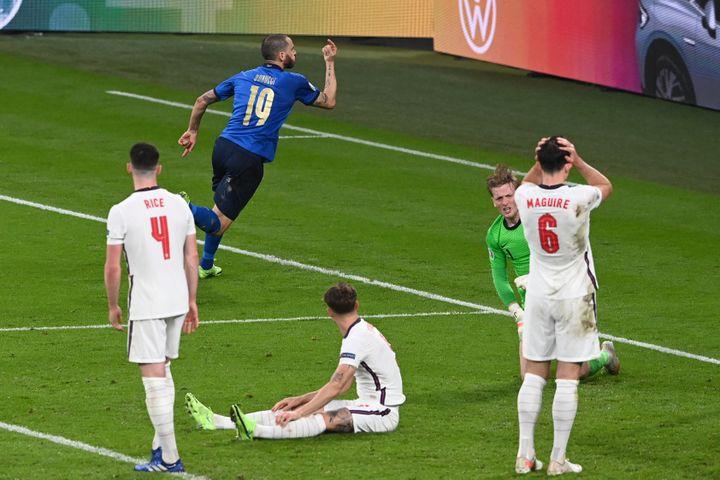Leonardo Bonucci célèbre l'égalisation italienne contre l'Angleterre en finale de l'Euro 2021. (FACUNDO ARRIZABALAGA / POOL)