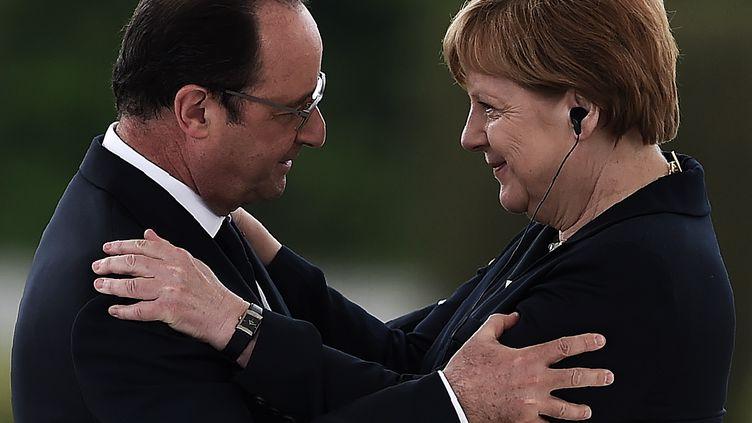 François Hollande et la chancelière allemande Angela Merkel le 29 mai 2016 à l'Ossuaire de Douaumont lors des commémorations du centenaire de la bataille de Verdun. (FREDERICK FLORIN / AFP)
