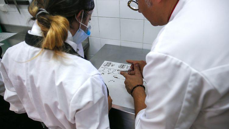 Apprentissage en cuisine àLivron-sur-Drôme le 5 août 2020. (NICOLAS GUYONNET / HANS LUCAS / AFP)