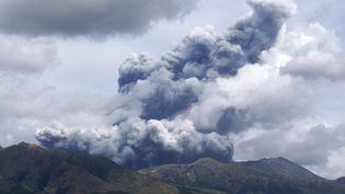 Le mont Aso, au Japon, le 20 octobre 2021. (YASUNARI ITAYAMA / YOMIURI / AFP)