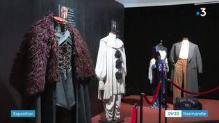 Au premier plan, le costume de Jon Snow dans Game of Thtones, exposition au manoir Briançon de Criel-sur-Mer (France 3 Normandie / J. Rousseau)
