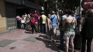 Des Grecs font la queue devant une banque à Athènes, dimanche 28 juin 2015. (ANGELOS TZORTZINIS / AFP)