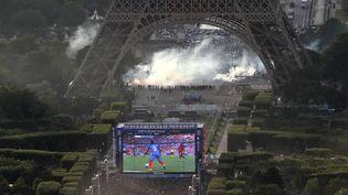 """Une photo de la """"fan zone"""" de la tour Eiffel montre les gaz lacrymogènes utilisés par la police, le 10 juillet 2016, lors de la diffusion de la finale de l'Euro. (THOMAS SAMSON / AFP)"""